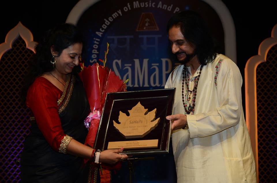 Meeta Pandit receiving SaMaPa Award from Santoor Maestro Bhajan Sopori
